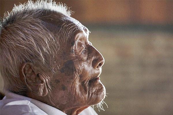 Sodimejo atau akrab disapa Mbah Gotho beraktivitas di rumahnya di Desa Sambungmacan, Sragen, Jawa Tengah, Rabu (31/8). Berdasarkan informasi yang tertera pada KTP miliknya, Mbah Gotho lahir pada tanggal 31 Desember 1870 silam dan saat ini diyakini sebagai manusia tertua di dunia dengan usia 145 tahun. ANTARA FOTO/Maulana Surya/pd/16.
